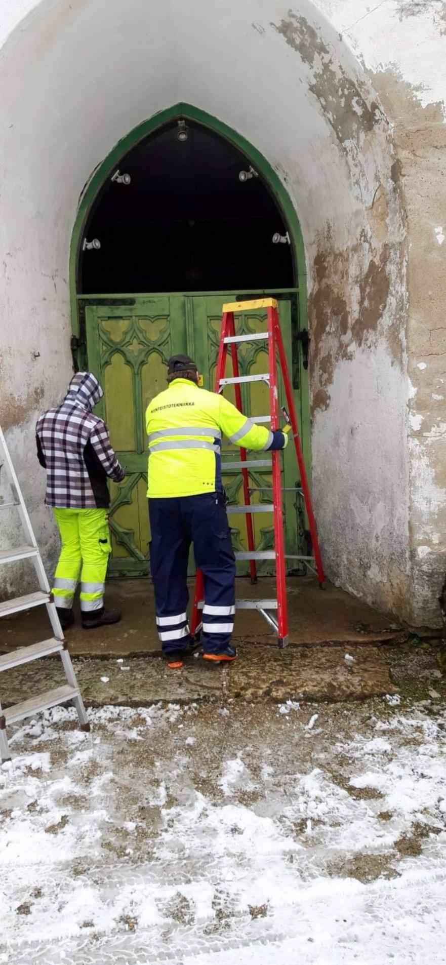 Puidupoisid OÜ & Joel Roos viisid kiriku peaukse ja akna restaureerimisse